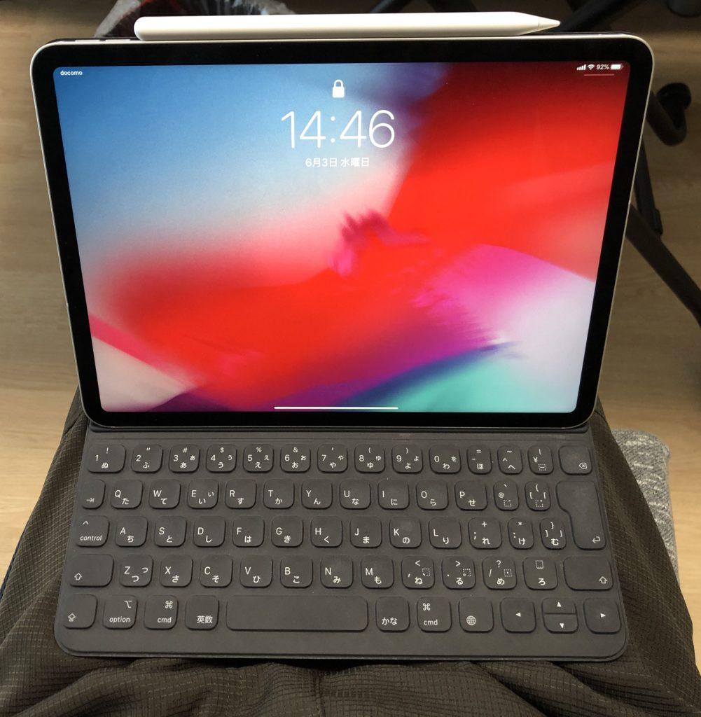 Smart Keyboard Folioを膝上に乗っけたところ